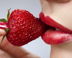 strawberry-eating-girl-picture