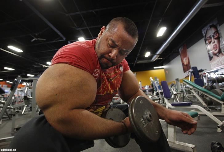 Ismail currently holds the record for largest biceps in the world, measuring 31 inches in circumference! The secret to his success is consuming 7 lbs of protein every day.
